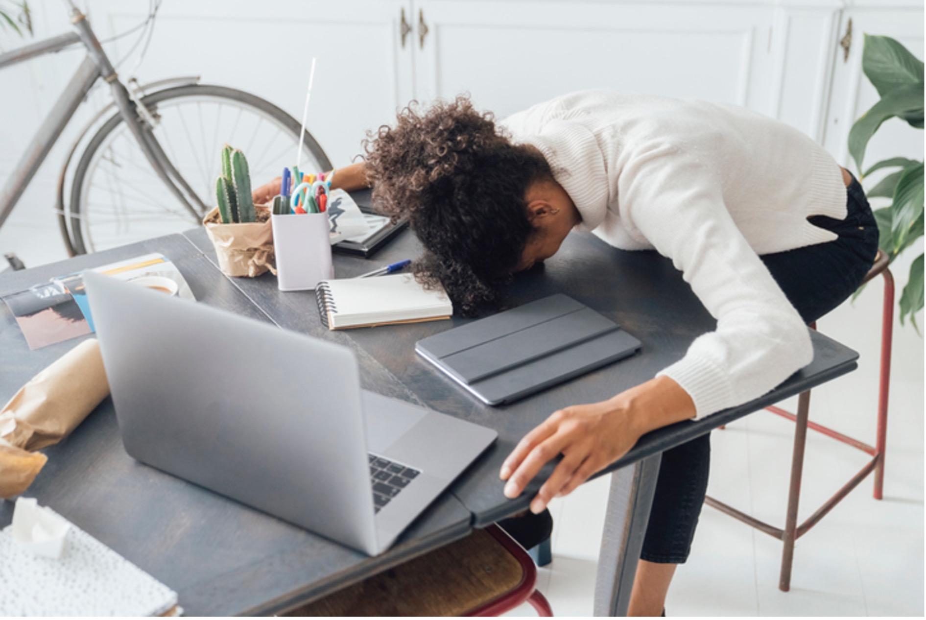 Arbeitsunfähig? Frau bricht am Schreibtisch zusammen